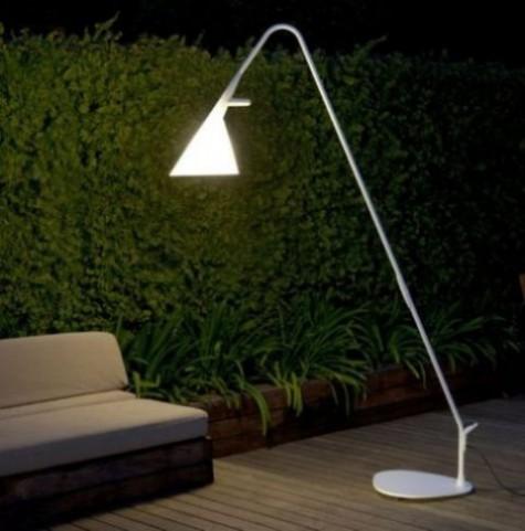 eine minimalistische weiße Stehlampe, die an ein gewöhnliches Zuhause erinnert