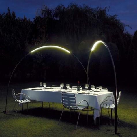 Bogen-LED-Leuchten über dem Essbereich im Freien