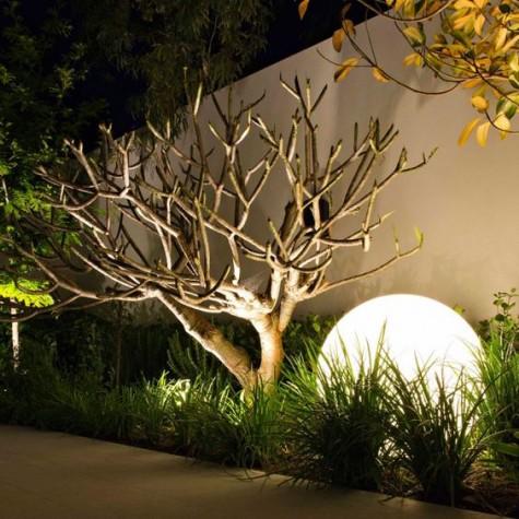 ein übergroßer Lichtball für die Gartenbeleuchtung