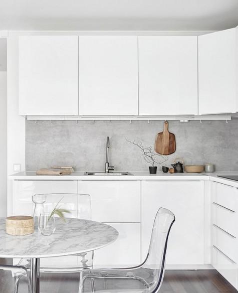 eine minimalistische weiße küche bekommt textur und interesse mit einem konkreten backsplash