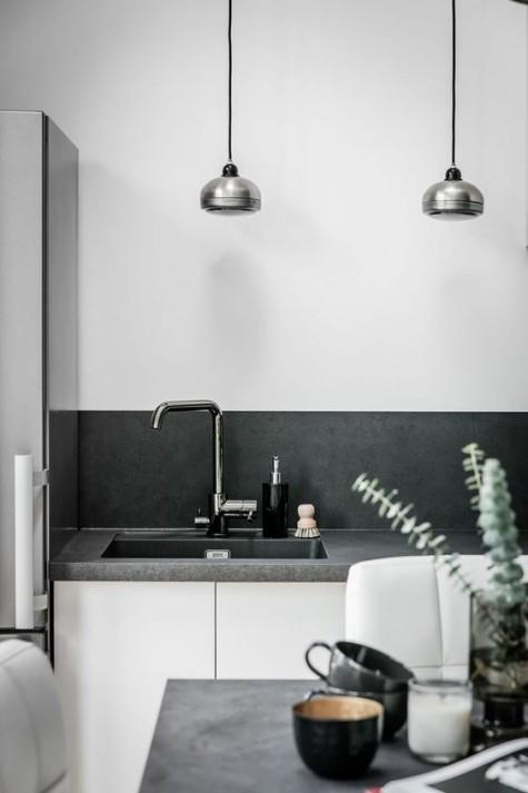 Ein skandinavischer Raum mit einer Betonplatte und einer Rückwand, die die üblichen weißen Schränke aufpeppen
