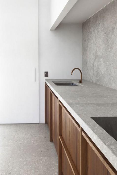Eine skandinavische Küche mit Betonrückwand und Arbeitsplatte für ein strukturiertes Gefühl