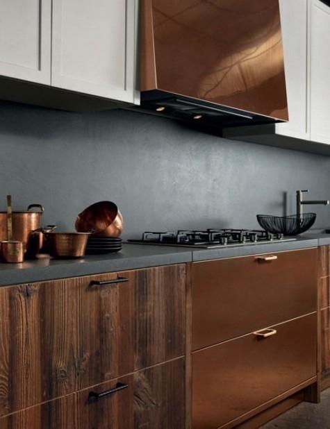 eine kühne Küche mit weißen und edlen Holzschränken, kupferfarbenen Akzenten und einer Betonrückwand und Arbeitsplatten
