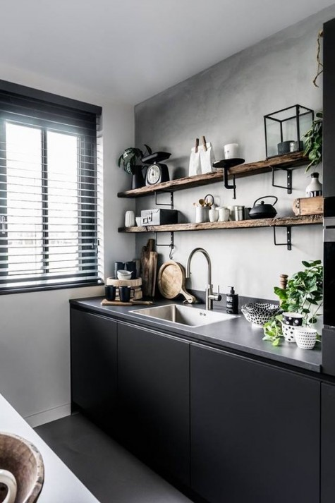 Ein grauer Betonboden und eine Arbeitsplatte sowie ein Holzregal mit rohen Kanten sorgen für zusätzliche Textur